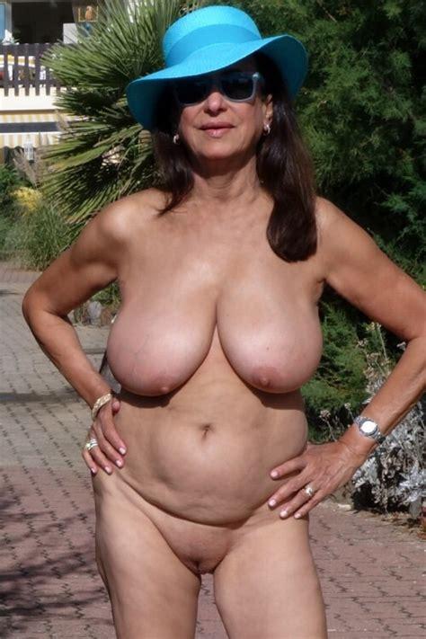 Photo d'une femme mature nue au cap d'Agde sur CoquineTV.com