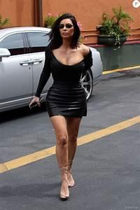 kim kardashian moulee a outrance dans une micro robe With robe sans soutien gorges