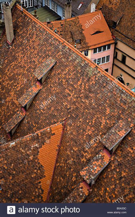 neue fensterbank auf alte neue und alte rote dachziegel auf d 228 chern rothenburg ob der tauber deutschland stockfoto bild