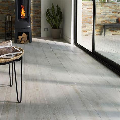 carrelage sol cuisine castorama carrelage sol intérieur louna gris 18 x 62 cm castorama