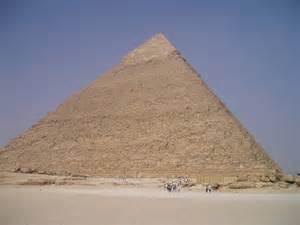 ピラミッド:3つのピラミッドの真ん中に ...