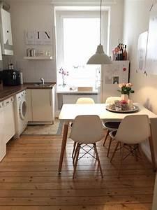 Einrichtung Kleine Küche : schlichte k che in wei mit integriertem essbereich in einer hamburger altbauwohnung esszimmer ~ Sanjose-hotels-ca.com Haus und Dekorationen