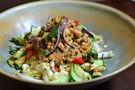cuisine thailandaise poulet salade de poulet thaï épicée la recette authentique du