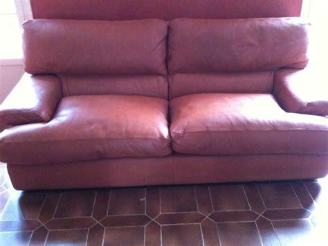 rembourrage coussin canap rembourrage et retauration de couleur sur canapé en cuir à
