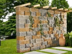wohnideen minimalistisch gartenzaun natursteinmauer bepflanzt pergola sonnenschutz garten