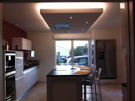 luminaire cuisine design un faux plafond pour intégrer la hotte au dessus de l îlot