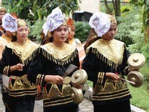 Kordofon (chordophone) adalah sebuah alat musik berdasarkan instrument yang sumber bunyinya berasal dari dawai atau senar yang terdapat. Alat Musik Tradisional Talempong Berasal Dari Daerah - Berbagai Alat