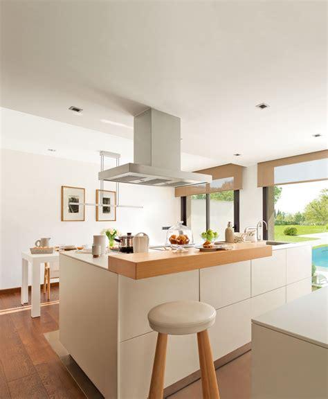 una cocina funcional  muy ordenada