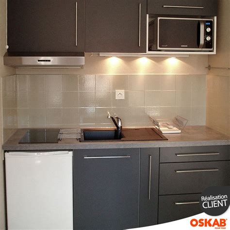 cuisine 233 quip 233 e grise d un studio 233 tudiant plan de travail b 233 ton gris clair plaque