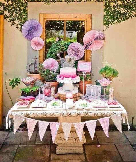 kindergeburtstag buffet organisieren pom pom lila deko girlande faecher baby geburtstag
