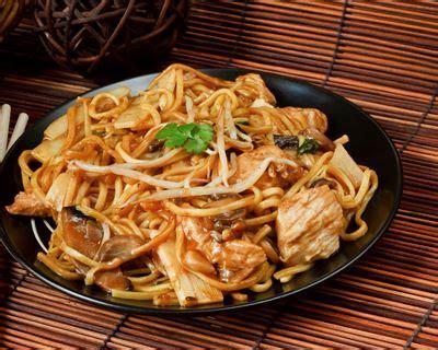 cuisiner des pates chinoises recette nouilles chinoises au wok oignons dinde et