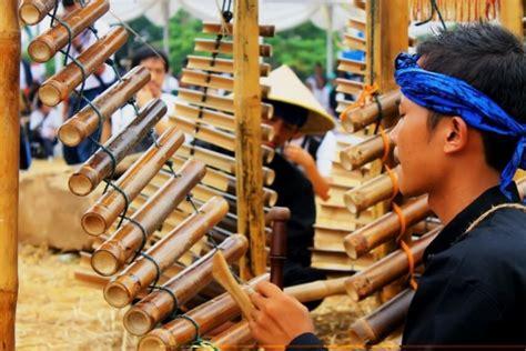 Satu senar celempung disetel dengan menggunakan nada pelog, dan satunya lagi disetel dengan nada slendro. 11+ Alat Musik Tradisional Jawa Barat Beserta Penjelasan ...