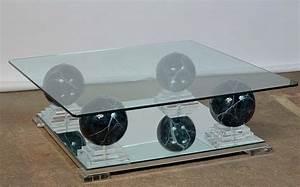 Grande Table Basse Carrée : grande table basse carr e en verre reposant sur quatre pieds ~ Teatrodelosmanantiales.com Idées de Décoration