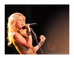 Shakira sings for the crowd | Flickr - Photo Sharing!