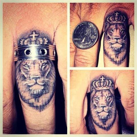 tatouage homme doigt  idees de tatoos