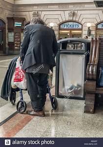 Einen Korb Bekommen Englisch : hoboken nj usa sept 19 2017 obdachlosen schiebt einen korb von sachen in einem bahnhof ~ Orissabook.com Haus und Dekorationen