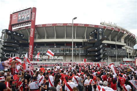 Heftig! Fans River Plate gooien ruiten van spelersbus Boca ...
