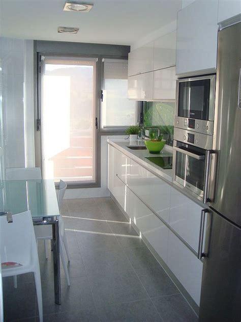 cocina alargada  puerta balcon buscar  google