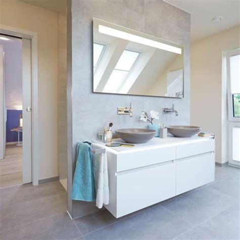 Badezimmer Mit Vorwand Für Waschtisch Und Rückwand Für Die