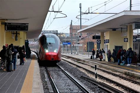 Treni Pavia Centrale by Giovane Fanese Si Butta Sotto Un Treno Alla Stazione Di