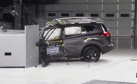 crash test siege auto 2013 toyota issuing fixes to improve crash test scores