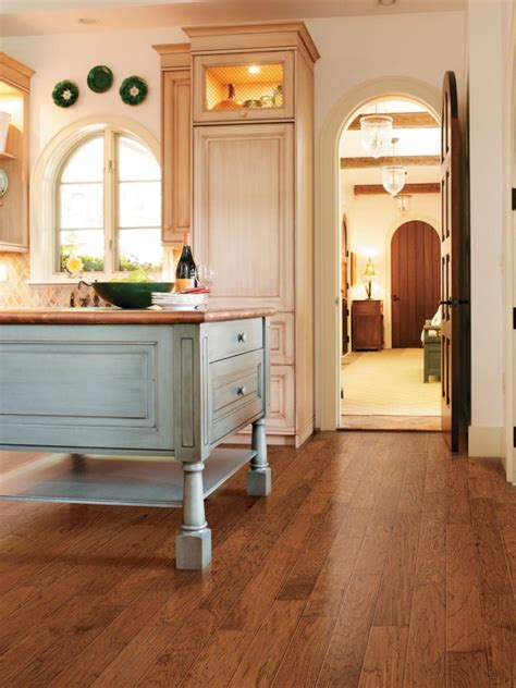 Flooring manufacturers offer a wide assortment of materials that are functional as well as aesthetically pleasing. 20 Gorgeous Examples Of Wood Laminate Flooring For Your Kitchen!