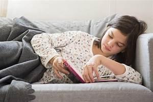 Ragazza Sdraiata Sul Divano E Leggere Un Libro  U2014 Rilassato