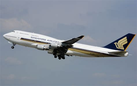 File:Singapore.airlines.b747-400.9v-spa.arp.jpg - Wikimedia Commons