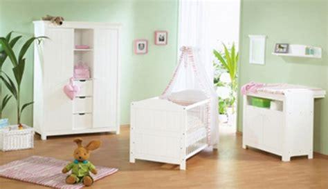 décorer une chambre de bébé comment décorer une chambre de bébé aux murs vert anis