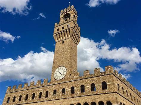 Its main entrance has a copy of michelangelo's statue of david whose original can be found at academia gallery. Palazzo Vecchio, Florença > História, Horário e Preço do Museu