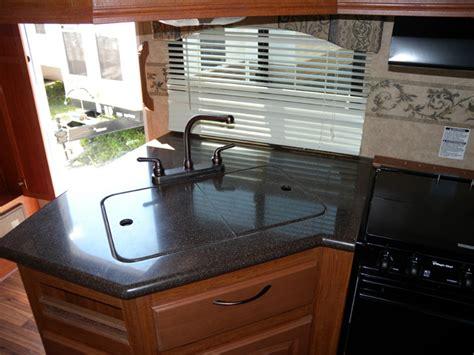 la cuisine du comptoir bien qu il soit de marque corian le dessus du comptoir de cuisine est plut 244 t minimaliste