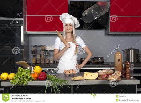 2 filles en cuisine chef de fille dans la cuisine photos libres de droits