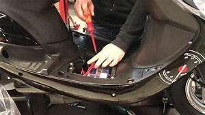 Changement Courroie Scooter 50cc : hilfe motorroller batterie ausbauen youtube ~ Gottalentnigeria.com Avis de Voitures