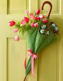 wohnideen fr kindergarten diy frühlingsdeko idee mit regenschirm und tulpen als wanddeko und haustür dekoration freshouse