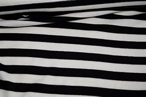 Schwarz Weiß Kissen : gestreifte stoffe strickstoff schwarz weiss gestreift ~ Frokenaadalensverden.com Haus und Dekorationen