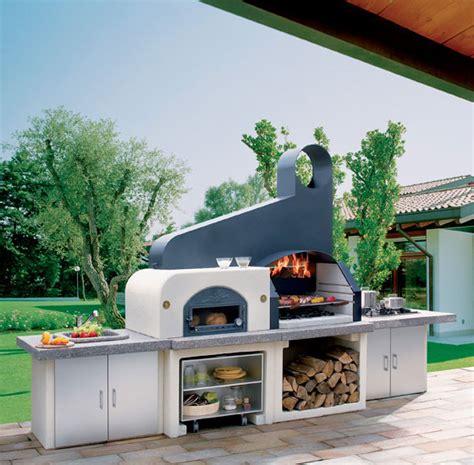 allumer un barbecue au charbon de bois jardin tendance