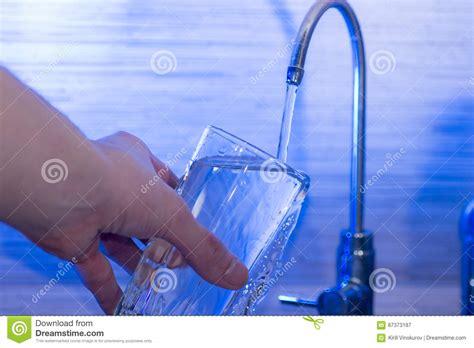 bere acqua di rubinetto bere dell acqua di rubinetto immagine stock immagine di