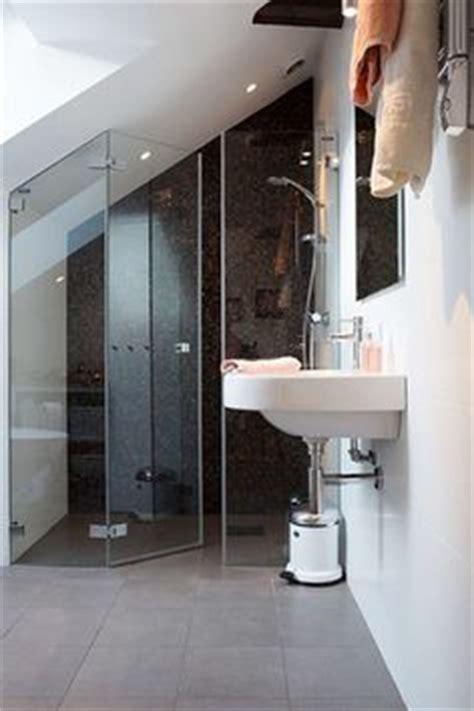 Freistehende Badewanne Die Moderne Badeinrichtungbadezimmer Mit Natursteinwand 2 by Dusche Vor Dem Fenster Bad Fenster