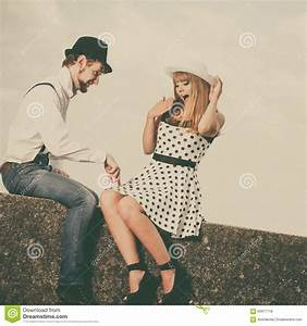 Was Ist Retro Style : loving couple retro style dating on sea coast stock photo 60917718 ~ Markanthonyermac.com Haus und Dekorationen