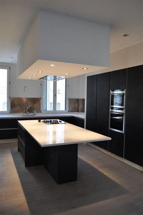 hotte encastrée plafond bas dans cuisine et blanche