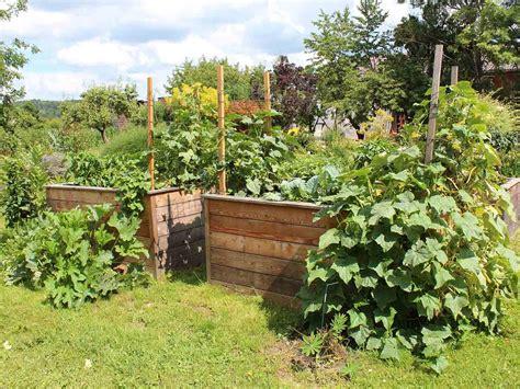 Laub Rechen Im Garten by Holz Im Garten