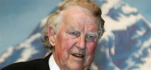 Sir Edmund Hillary  83  Smiles In Front Of A Giant Picture