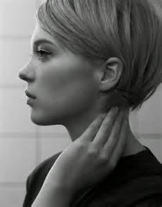 coupe courte cheveux frisã s les 25 meilleures idées de la catégorie carrés courts sur coiffures bob courtes les