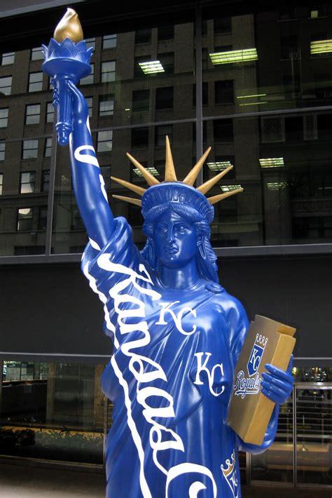 nyc statues  liberty  parade kansas city royals