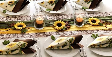 tischdeko mit sonnenblumen bringt herbstliche stimmung auf den tisch tischdekoration mit sonnenblumen in den farben braun