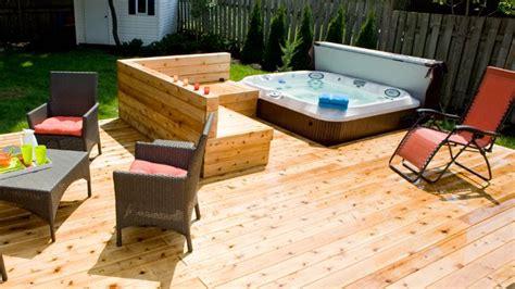 terrasse avec spa integre en  amenagement piscine