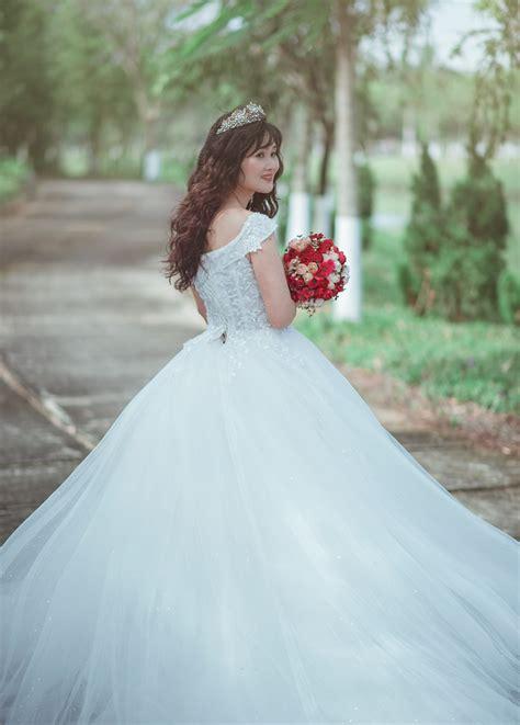 woman  white strapless sweetheart wedding dress