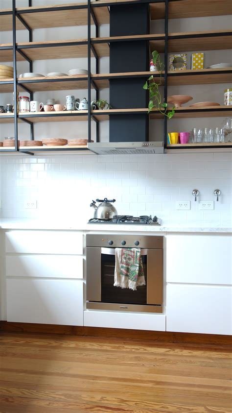 cocina  piso de madera mesada de carrara muebles laqueados  alacena colga cocina estilo