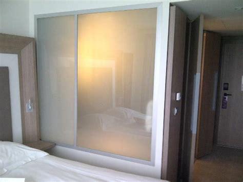 salle de bain vue de la chambre vitre opaque photo de novotel lyon confluence lyon