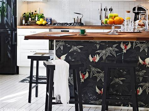 canape de couleur le papier peint dans une cuisine ça change tout